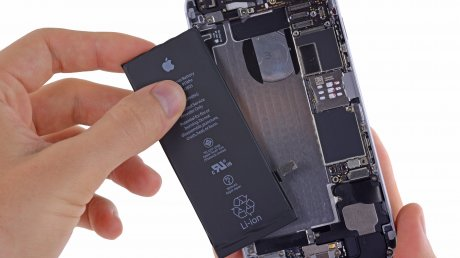Compania Apple este acuzată că a redus performanţa telefoanelor iPhone 6s pentru a ascunde probleme cu bateria