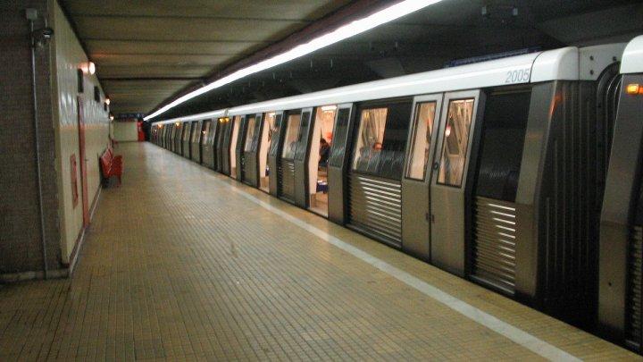 IMAGINEA ZILEI la metroul bucureştean: Ce fac pasagerii în timp ce aşteaptă trenul de metrou (FOTO)