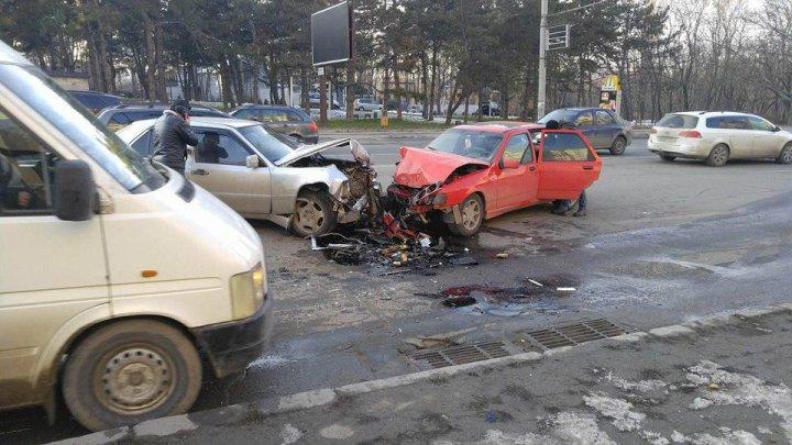 Accident grav în sectorul Botanica al Capitalei. Două mașini au fost făcute zob (FOTO)