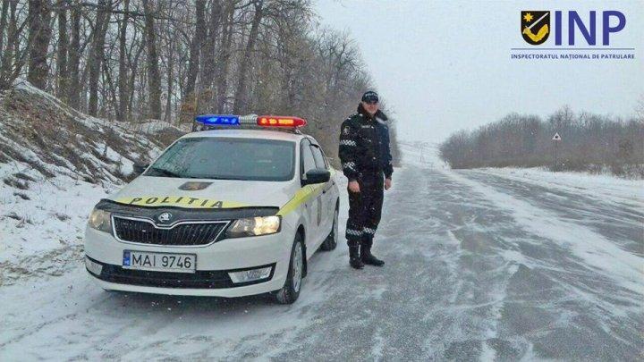 Poliţia recomandă şoferilor să circule cu prudenţă pe timp de lapoviță
