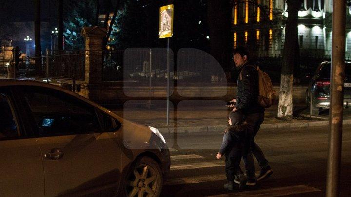 La un pas să fie loviți pe TRECEREA de pietoni. Un tată și copilul lui la câțiva centimetri de o mașină (FOTO)