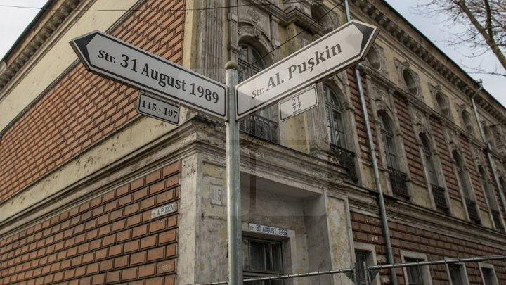 Primele indicatoare pentru pietoni alimentate cu energie solară au apărut în Chişinău. Unde sunt ele (FOTO)