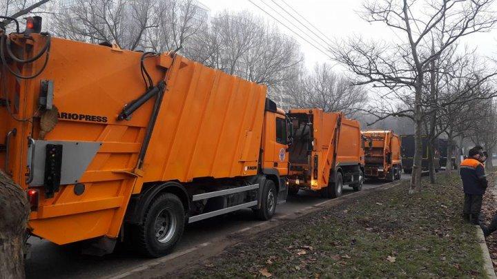 O coloană de autospeciale de salubritate se îndreaptă spre Bălți, după ședința de la Guvern (FOTO/VIDEO)