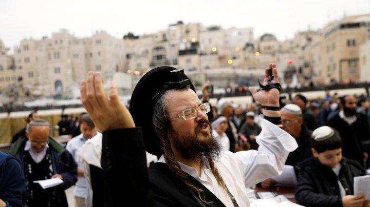 Peste 2.000 de oameni se roagă la Zidul Plângerii din Ierusalim pentru ploaie