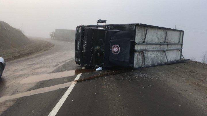 ZIUA ACCIDENTELOR: Un TIR s-a răsturnat pe traseul Chişinău-Ungheni (FOTO)
