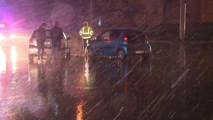 Accident violent în Capitală. O tânără a ajuns la spital, după ce un şofer nu a cedat trecerea în intersecţie (FOTO)