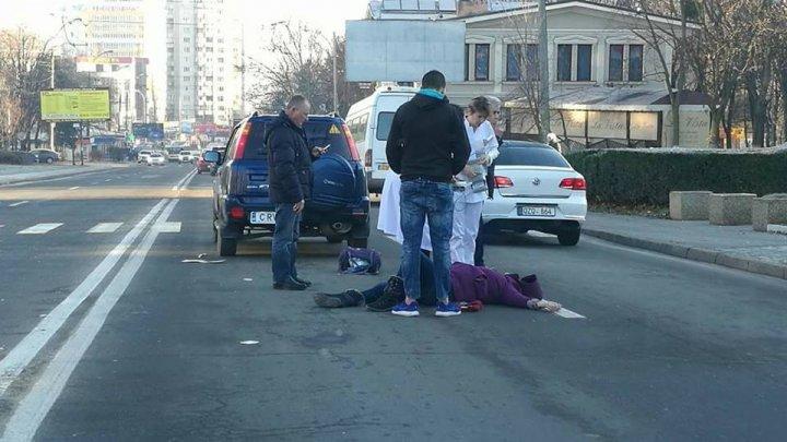 ACCIDENT CUMPLIT în Capitală. O femeie, lovită în plin de o maşină pe trecerea de pietoni. Victima a zburat câţiva metri în aer