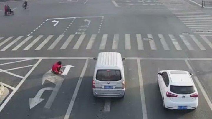 CURAJ NEBUN! Pentru că s-a săturat să stea în ambuteiaj, un bărbat şi-a desenat propriul marcaj pe şosea. Ce a urmat (FOTO)