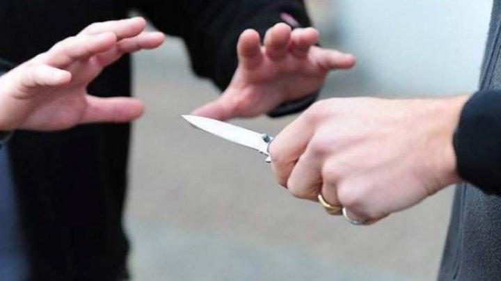 Conflict sângeros într-un local din Capitală. Un bărbat a fost înjunghiat cu un cuţit