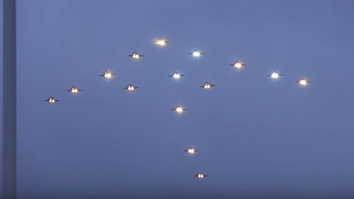 IMAGINI SPECTACULOASE! 15 avioane militare au survolat Capitala suedeză Stockholm în forma unui pom de Crăciun (VIDEO)