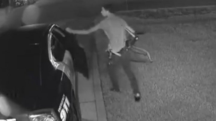 Un adolescent, surprins de camerele de supravechere cum a furat armament dintr-o maşină de poliţie (VIDEO)