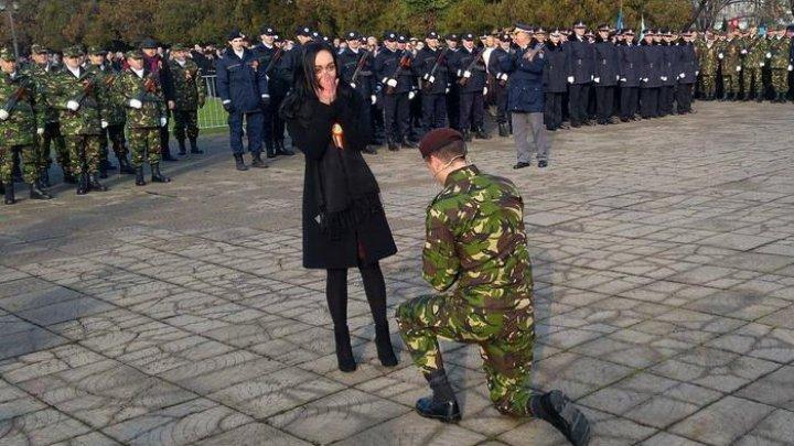 Moment emoţionant la parada de Ziua Naţională a României. Un militar şi-a cerut în căsătorie iubita