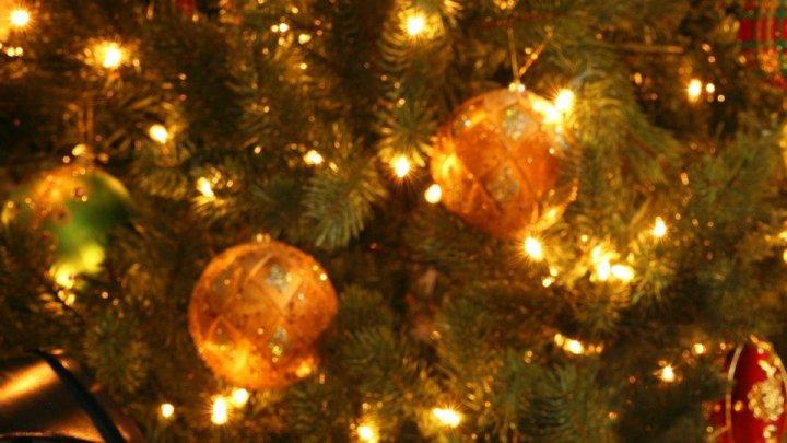 La Paris a început magia Crăciunului. În marile centre comerciale s-au aprins beculeţele