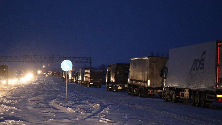 Peste 800 de mașini rămân blocate pe şoseaua Kiev-Odesa din cauza ninsorilor abundente (FOTO/VIDEO)