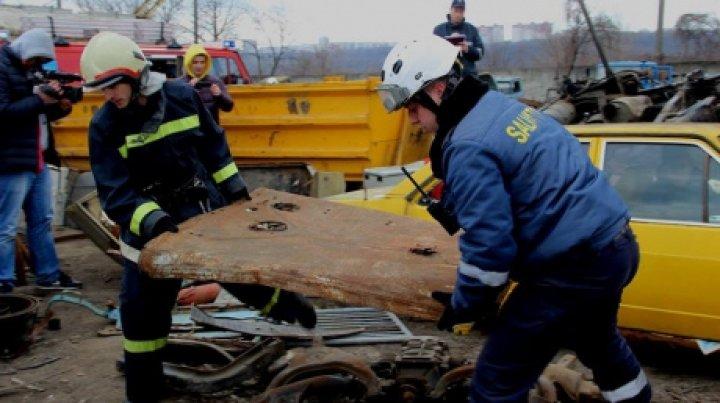 ACCIDENT ORIBIL în raionul Căuşeni. Un bărbat a rămas prins între fiarele unui camion