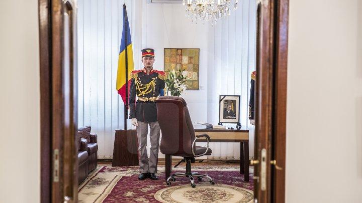 Flori şi mesaje de condoleanţe în memoria Regelui Mihai I. Doritorii sunt așteptați la sediul Ambasadei României (FOTO)