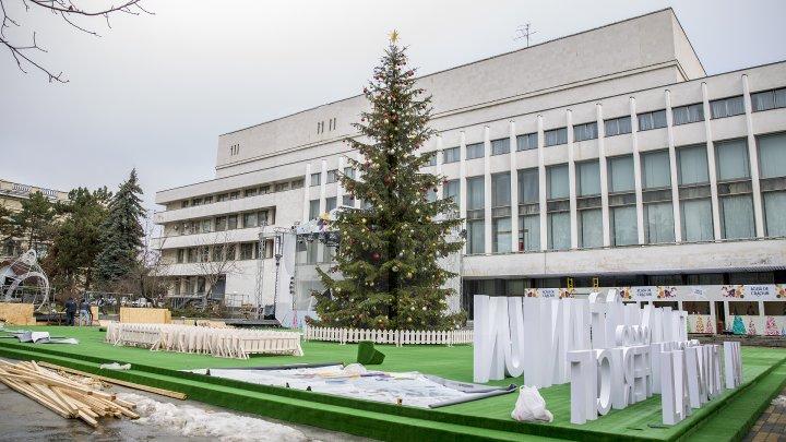 Târgul de Crăciun de pe strada 31 august este gata. Va fi inaugurat vineri la ora 18:00 (FOTOREPORT)