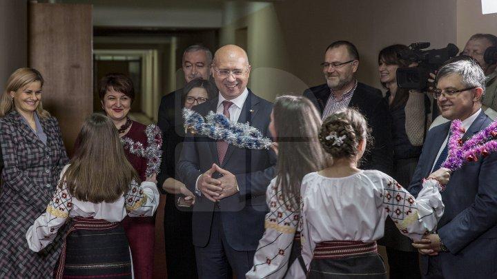 Premierul Pavel Filip, colindat de un grup de elevi din stânga Nistrului (FOTOREPORT)