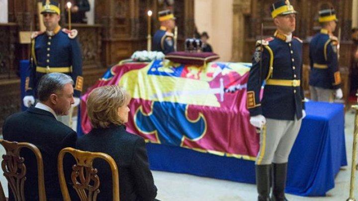 Regele emerit al Spaniei Juan Carlos şi soţia sa Regina Sofia i-au adus un omagiu Majestăţii Sale, Regele Mihai. Mii de oameni încă aşteaptă în rând