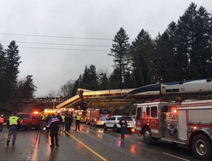 GRAV ACCIDENT FEROVIAR în SUA. Un tren a deraiat și A CĂZUT pe autostradă. Sunt VICTIME (GALERIE FOTO)