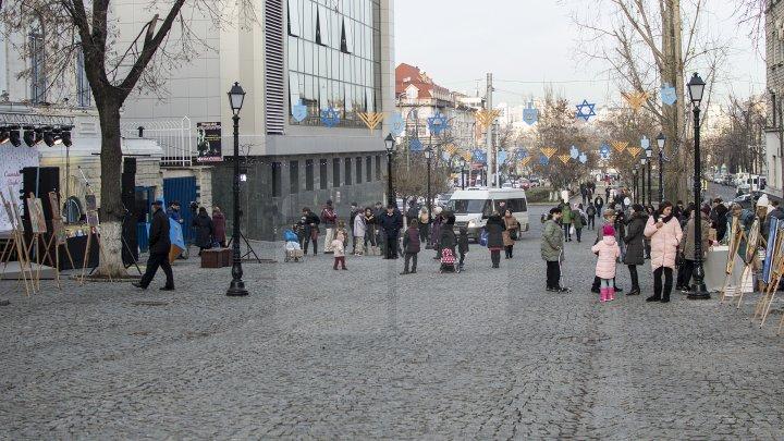 Sărbătoarea Luminii în Capitală. Comunitatea evreiască din Moldova a aprins prima lumânare de Hanukkah (FOTOREPORT)