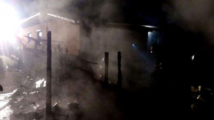 Incendiu de proporţii la o fermă din Vrancea. Peste 100 de animale au fost ucise de flăcări