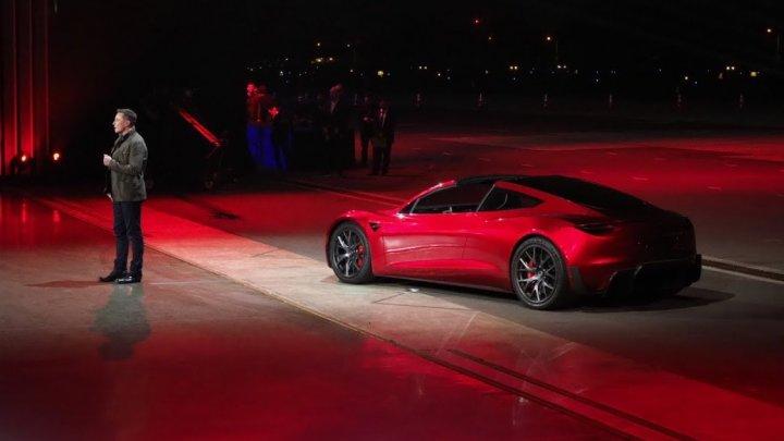 Fondatorul SpaceX vrea să-și trimită în spațiu mașina Tesla decapotabilă la bordul noii sale rachete