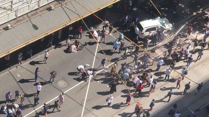 16 persoane rănite, după ce un individ a intrat cu maşina într-un grup de oameni în Melbourne