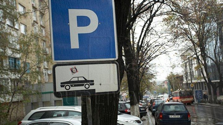 În centrul Capitalei au fost amenajate locuri de parcare cu ocazia deschiderii Târgului de Crăciun. Vezi străzile