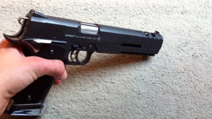 Un elev a intrat cu pistolul în școală. Cum a fost prins adolescentul de 16 ani