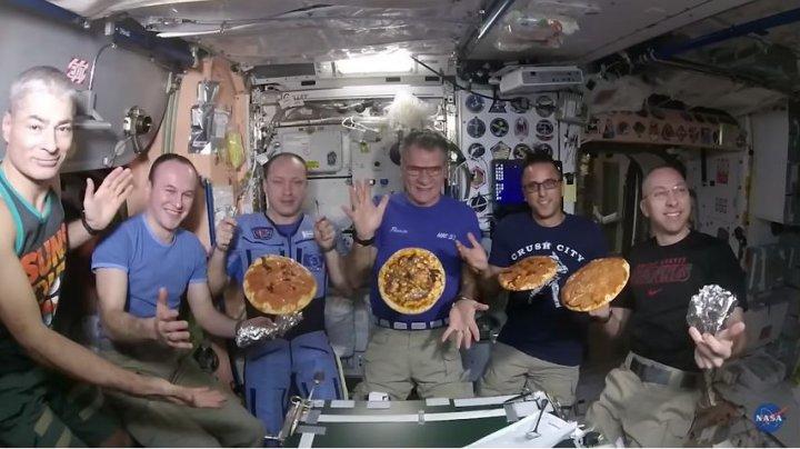 Poftele pot fi îndeplinite chiar şi în spaţiu. Astronauţii de pe SSI şi-au preparat pizza (VIDEO)