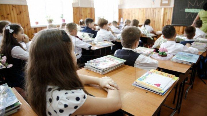 Caz revoltător la o şcoală din România. Un copil de clasa I a fost strâns de gât de învățător