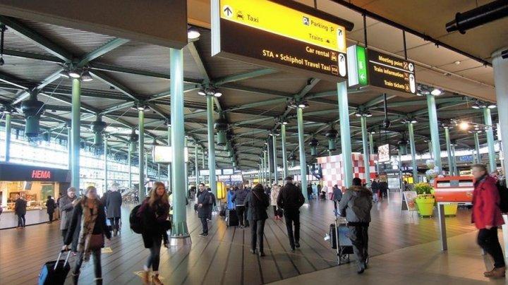 ALERTĂ pe aeroportul din Amsterdam! Pasagerii ameninţaţi cu un cuţit de un individ. Bărbatul, împuşcat de poliţişti