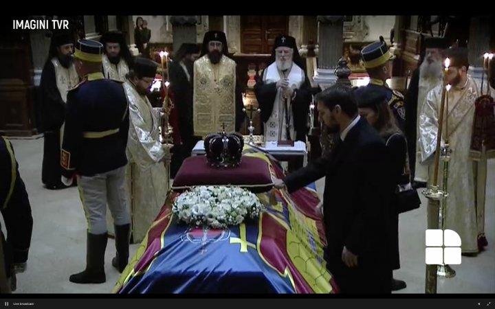 Regele Mihai, deplâns de români. Cortegiul funerar a ajuns la Palatul Regal din București