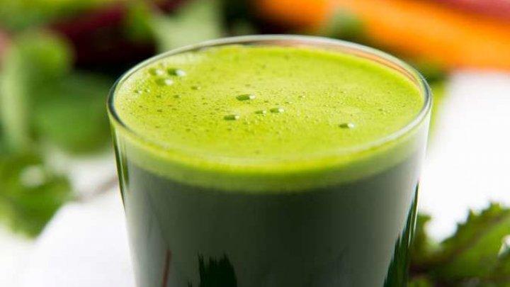 """Ce este, de fapt, """"sângele verde"""" şi MOTIVUL pentru care trebuie să consumi suc din iarbă de grâu"""