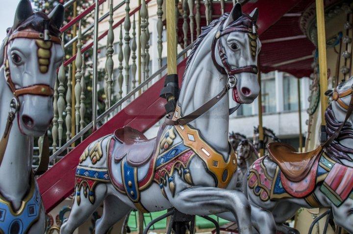 Cum arată caruselul de la Târgul de Crăciun de pe strada 31 august din Capitală (FOTOREPORT)