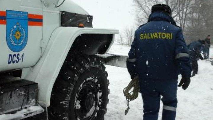 Peste 970 de salvatori și pompieri au fost împlicaţi în ultimile 24 de ore pentru tractarea și deblocarea automobilelor de pe traseele din țară