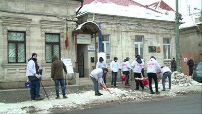 Susţinătorii lui Şor i-au dat o lecţie Maiei Sandu. Au curățat trotuarul de zăpadă și gheață din faţa sediului PAS