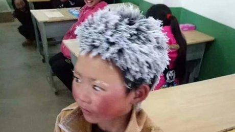 Băiețelul care s-a luptat cu gerul pentru a ajunge la şcoală va primi doar 1.000 din cei 63.000 de euro donați pentru el (VIDEO)