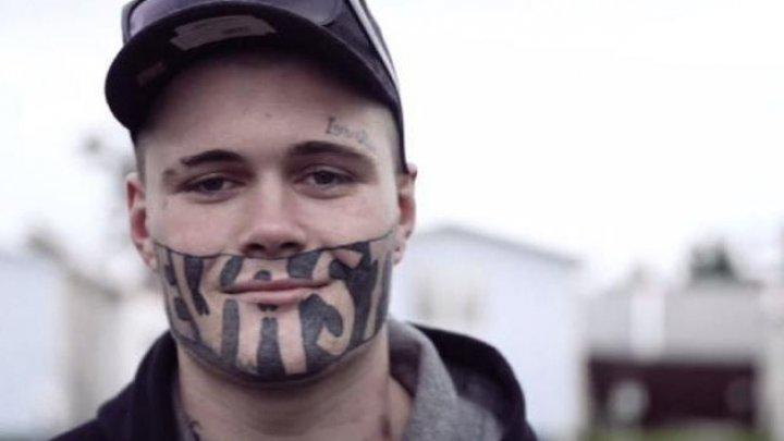 Era discriminat pentru tatuajul imens de pe faţă, acum însă şi-a găsit în sfârşit un loc de muncă. Povestea lui Mark Cropp