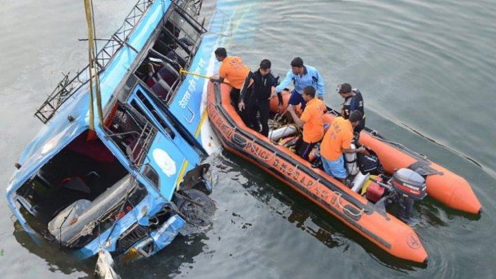 CARNAGIU ÎN INDIA. Cel puțin 45 de oameni și-au pierdut viața, după ce un autobuz plin cu pasageri a plonjat într-un râu (VIDEO)