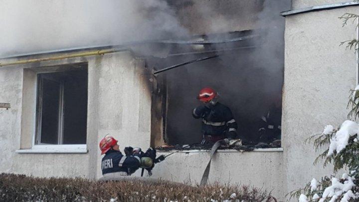 Incendiu  puternic în România. Cinci persoane au fost intoxicate cu fum, iar peste 30 de oameni, printre care şi patru copii, au fost evacuaţi
