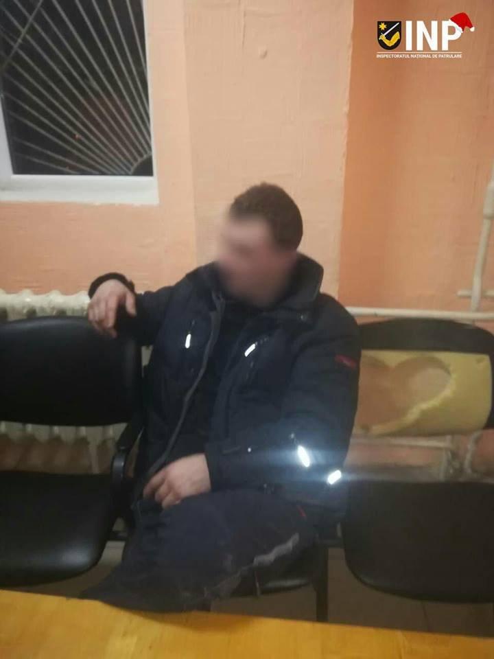 CE TUPEU. Un tânăr din Capitală a urcat într-o mașină de poliție și a cerut să fie dus acasă (FOTO)