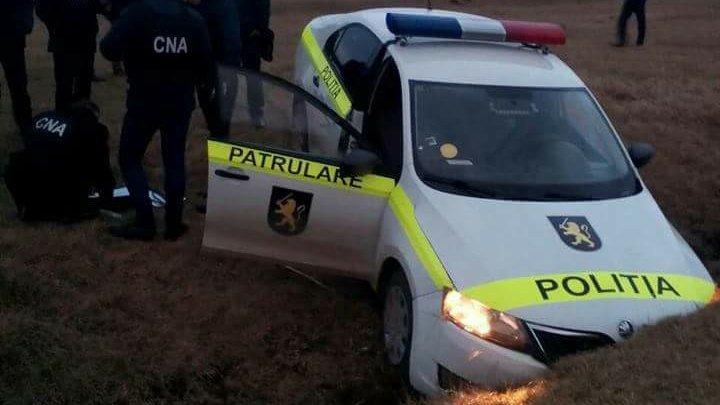 Ironia sorţii: Doi poliţişti care fugeau de ofiţerii CNA au ajuns cu maşina de serviciu într-un şanţ (FOTO)