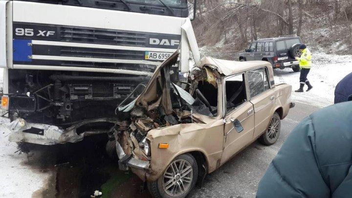 ACCIDENT GRAV ÎN CAPITALĂ! Un şofer a murit după ce maşina sa a intrat într-un TIR (FOTO)