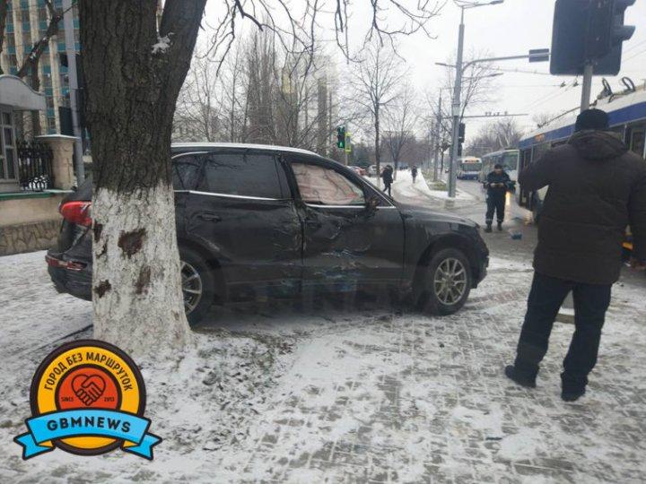 SITUAŢIE CRITICĂ în Capitală. Un centimetru de zăpadă a provocat 45 de accidente de circulaţie (FOTO)