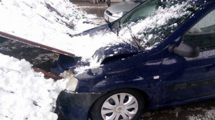 Două maşini, grav avariate, după ce un acoperiş metalic a căzut peste ele (FOTO)