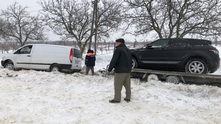 Un Mercedes care aducea o mașină din Germania în această dimineață, RĂSTURNAT la Nisporeni (FOTO)