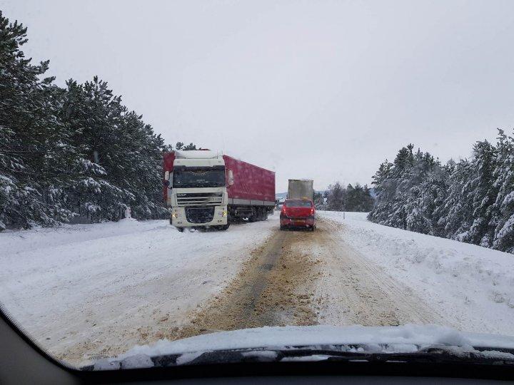 Mașini blocate pe șoseaua Chișinău - Leușeni. Se circulă cu dificultate (FOTO)