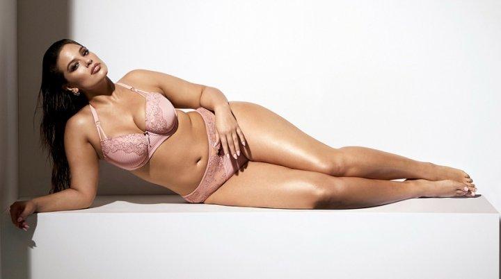 Photoshopul poate face minuni! Un model plus-size, surprinsă pe plajă cu celulita la vedere (FOTO)